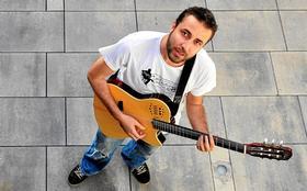 Víctor Lemes no se ve cómodo con la etiqueta de cantautor, aunque compone sus pr